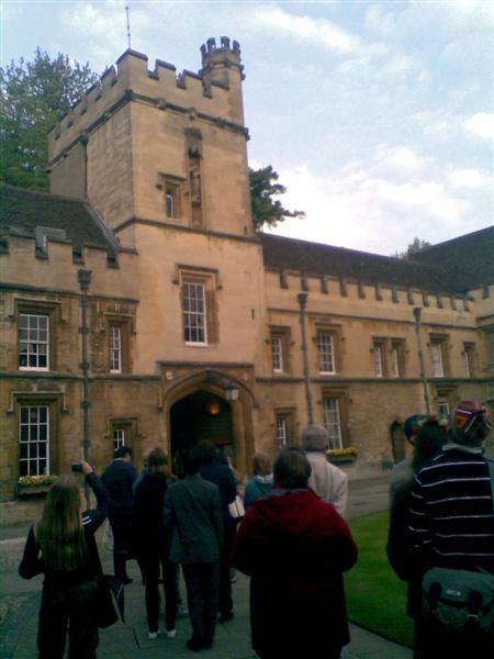 St John's Collegen kuoro juhlisti kevättä koulun tornin uumenissa.