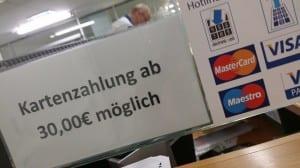 Berliiniläisessä uimahallissa korttimaksuja vastaanotetaan 30 euron summasta alkaen. Monessa ravintolassa ja pikkukaupassa kelpaa vain käteinen. Korttimaksamisen kustannusten välttelyä vai kuititonta ja harmaata hintatason säätelyä?