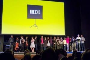 : Pop-Up Magazine –illan päätteeksi kaikki esiintyjät taputettiin lavalle loppukiitoksia varten. Kuva: Matias Jaskari