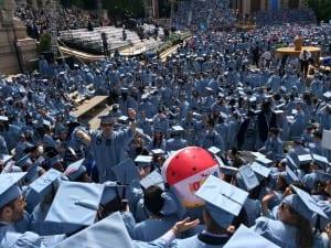 Rantapallo kiersi campusta ennen seremonian alkua.
